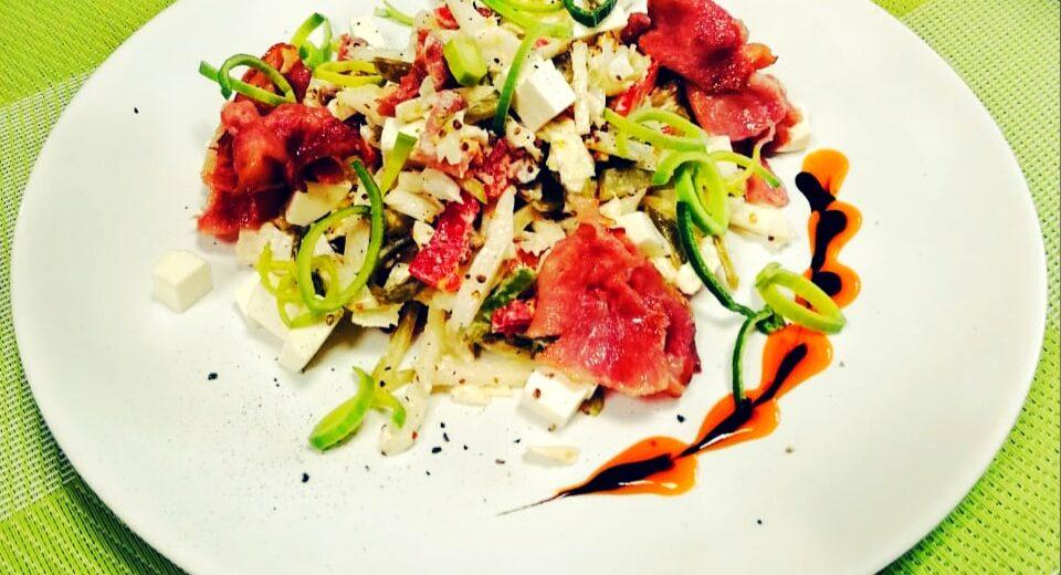 Новинка!!! Салат с жареным беконом, анжуйской грушей, корнишонами и творожным сыром с добавлением лука порей