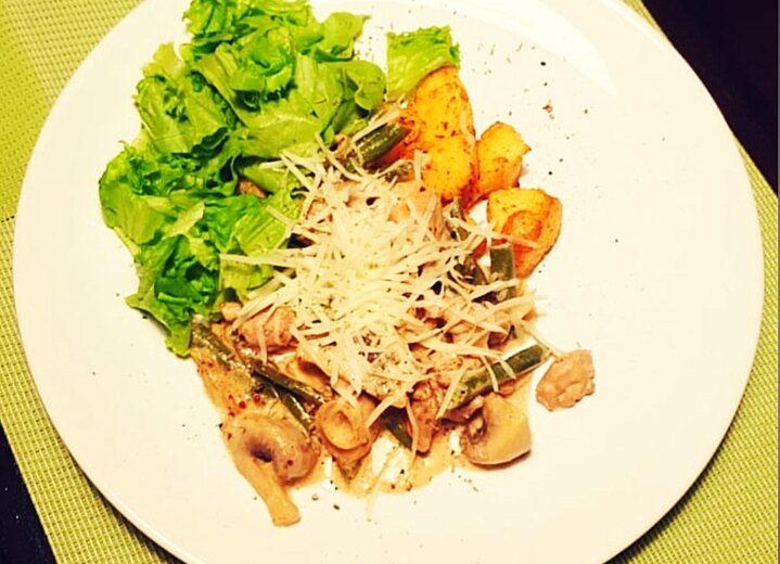 Новинка!!! Теплый салат с цыпленком, спаржевой фасолью и шампиньонами в сливочно-горчичном соусе